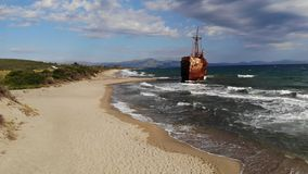 Epische roestige oude schipbreukboot stock footage