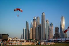 Epische Türme Ansicht und Architektur Dubai-Jachthafens von springen Dubai im freien Fall stockfotos