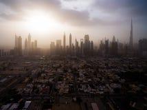 Epische Vogelperspektive der Stadtlandschaft, wenn großen Wolkenkratzern und die Sonne durch die Wolken brechen Dubai, UAE Lizenzfreies Stockbild