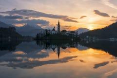 Epische zonsopgang en mooie die wolken boven meer in Slovenië wordt afgetapt stock foto