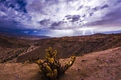 Epischer Blitz und Gewitter in der Wüste von Süd-Kalifornien lizenzfreies stockfoto