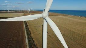 Epischer Luftschuß des Windrades Windenergie/Windenergie/Windkraftanlage stock video footage