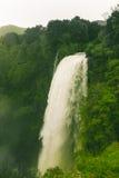 Epischer Wasserfall und grüne Vegetation Stockfotos