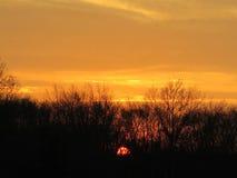 Episk djup bärnstensfärgad orange färgnedgångsolnedgång Arkivfoton
