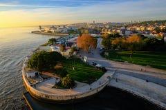 Episk flyg- sikt av panorama för Lissabon flodstrandlandskap i solnedgångtid royaltyfri foto