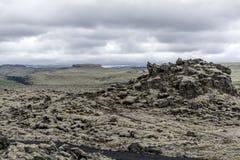 Episk landskapIsland gräsplan vaggar overkligt Arkivfoto