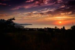 Episk solnedgång över havet med naturligt landskap arkivfoto