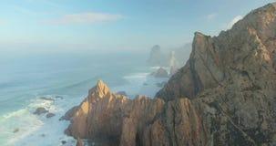 Episka klippor och sikt för havvågor lager videofilmer