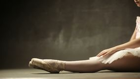 Episka nedgångar för trött flickaballerina till golvet under utbildning arkivfilmer