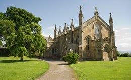 Episkopale Kirche im schottischen Dorf. Lizenzfreies Stockfoto