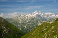 Episkt landskap i de schweiziska fjällängarna i sommar, royaltyfri bild