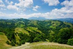 Episkt landskap i gröna kullar och berg av lantliga Transylvania, Rumänien arkivfoton