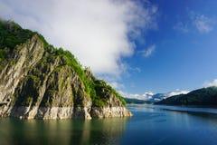 Episkt landskap med Vidraru sjön i Fagaras berg arkivbilder