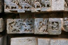 Episodio de Ramayana, templo de Kedareshwara, Halebidu, Karnataka, la India imagenes de archivo