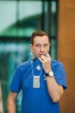 Eployee di Apple che prepraring per il nuovo lancio di iPhone Immagine Stock