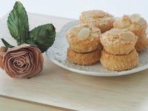 Eponge, boules d'éponge remplies de la confiture de framboise couverte d'amandes coupées en tranches Image stock