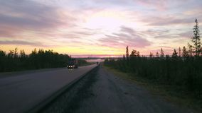 Epopeja krajobraz, antena strzelał autostrada horyzont z górami obrazy stock