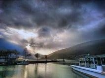 Epos fördunklar över sjön av biel royaltyfria foton