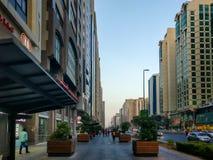 Epos som skjutas av den Abu Dhabi staden, vägar och torn på en molnig solnedgång royaltyfri bild