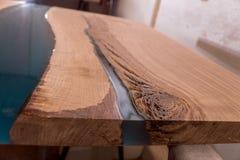 Epoxyhars in gebarsten okkernootmassief Artistieke verwerking van hout meubilairzolder modern meubilair tafelbladen stock fotografie