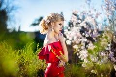 10 eps女孩例证春天向量 与花花圈的美好的模型在她的头 关闭浪漫肉欲的夫人画象有蓝眼睛的 免版税库存照片