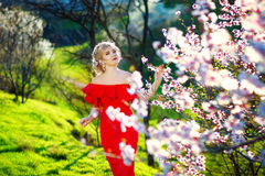 10 eps女孩例证春天向量 与花花圈的美好的模型在她的头 关闭浪漫肉欲的夫人画象有蓝眼睛的 库存照片