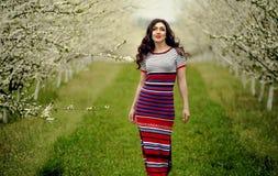10 eps女孩例证春天向量 与花花圈的美好的模型在她的头 关闭浪漫肉欲的深色的夫人画象有蓝眼睛的和 库存图片
