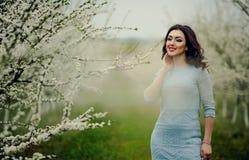 10 eps女孩例证春天向量 与花花圈的美好的模型在她的头 关闭浪漫肉欲的深色的夫人画象有蓝眼睛的和 免版税库存照片