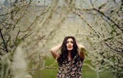 10 eps女孩例证春天向量 与花花圈的美好的模型在她的头 关闭浪漫肉欲的深色的夫人画象有蓝眼睛的和 库存照片