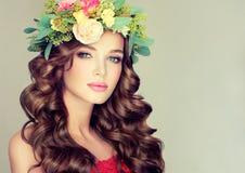 10 eps女孩例证春天向量 在头的花圈 免版税图库摄影