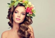 10 eps女孩例证春天向量 在头的花圈 免版税库存图片