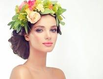 10 eps女孩例证春天向量 在头的花圈 图库摄影