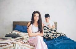 eps系列例证jpeg争吵向量 人和女孩强烈争吵了 人有对智能手机的依赖性 免版税库存照片