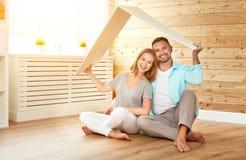 EPT που στεγάζει μια νέα οικογένεια σπίτι ζευγών νέο Στοκ Εικόνες