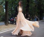 EPTEMBER 22, 2016: Modna dziewczyna przed EMILIO PUCCI pokazem mody Mediolańska moda tygodnia wiosna, lato 2017,/ Obrazy Stock