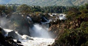 Epupa cae en el río de Kunene en Namibia septentrional almacen de metraje de vídeo