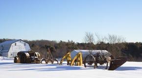 Eqipment de ferme de l'hiver avec la grange Photo stock