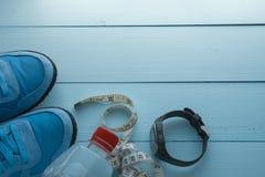 Eqipment et bouteille d'eau courants de sport Photographie stock