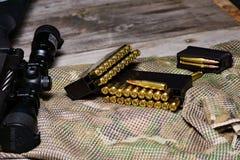 Eqipment tattico sui precedenti del multicam Carabina, munizioni in un calibro di 308 vittorie fotografia stock libera da diritti