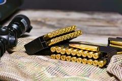 Eqipment tattico sui precedenti del multicam Carabina, munizioni in un calibro di 308 vittorie fotografie stock