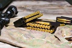 Eqipment tattico sui precedenti del multicam Carabina, munizioni in un calibro di 308 vittorie fotografia stock