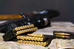 Eqipment tattico sui precedenti del multicam Carabina, munizioni in un calibro di 308 vittorie immagini stock