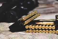 Eqipment tattico sui precedenti del multicam Carabina, munizioni in un calibro di 308 vittorie immagini stock libere da diritti