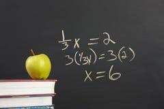 Equação verde da maçã e da álgebra fotos de stock royalty free