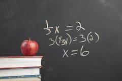 Equação vermelha da maçã e da álgebra fotografia de stock