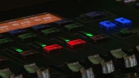 Equaliser en pieken op de muziekconsole stock footage