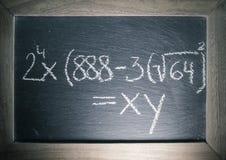 Equazioni di algebra di per la matematica scritte sulla lavagna con la struttura di legno in aula Fotografie Stock