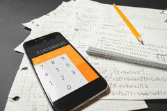 Equazioni matematiche scritte in un taccuino Calcolatore app Immagini Stock Libere da Diritti