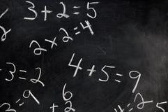 Equazioni sulla lavagna immagine stock