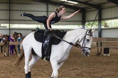 Equestrian женщины Vaulting лошади Стоковое Изображение RF